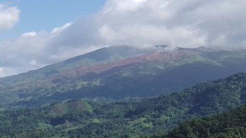 RØYK OG DAMP: Det er ikke skyer du ser over St. Vincent her, men røyk og damp over vulkanen La Soufrière, som nå har et slumrende utbrudd.