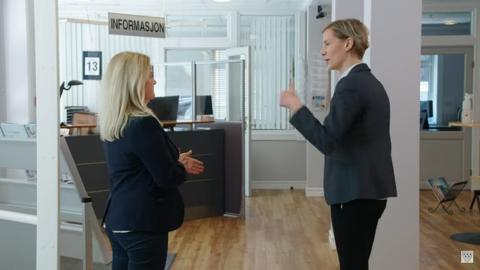 """REKLAMEFILM: Skjermdump fra Fra en av reklamefilmene Omstillingsprosjektet har laget for å """"flytte til Tinn""""."""