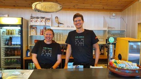 REISER LANGT: Katarina Sørhøy fra Oslo og Daniel Andreas Gløsen fra Mo i Rana, studerer begge i Trondheim. I sommer har de tatt veien til Kalhovd turisthytte for å jobbe.
