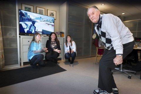 På startstreken: Thorbjørn Moen (82) heies fram av fysioterapeut Silje Kvamme (t.v.) systemrådgiver Marianne Sætehaug og ergoterapeut Nina Mejlgaard. foto: kay stenshjemmet