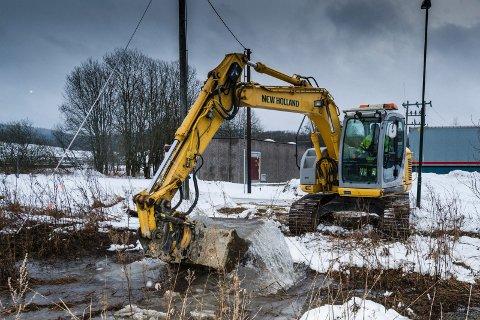 REPARASJON: Her jobber kommunen på spreng for å fikse vannlekkasjen ved Sørlihavna i Lørenskog. FOTO: VIDAR SANDNES