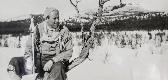 1: Min onkel, Ole Eggum, på skitur en gang på 1950-tallet.  2. Blant de 70 dekumentene finner jeg en gang Oles signatur på NS-vis. 3. Forside på vervebrosjyre til  krigsinnsats på tysk side. Ole fikk tuberkulosebehandling i 1938/39 og kunne ikke bli soldat. 4. Fengslingsordren på onkel Ole  fra 10. mai 1945.