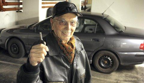 LEDIGE NØKLER: Kåre Gjøen tok førerkort i 1952, men på tampen av fjoråret parkerte han sin privatbil for godt. Etter 62 år bak rattet søker han en til å kjøre seg og kona av og til. Den tidligere elverkssjefen, opprinnelig fra Hardanger, har ikke lyst til å selge den 13 år gamle bilen, siden den fortsatt er god for mange mil. FOTO: Kjell Aasum