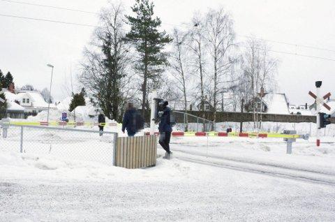 INGEN RESPEKT FOR BOMMENE: Da RB var ved overgangen hadde disse to ikke tid til å vente til bommene gikk opp. FOTO: NINA SKYRUD