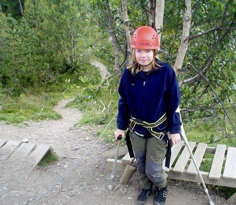Det går lenger og lengre tid mellom hver gang hun blir skikkelig syk. Men Elisabeth Engan reiser aldri på ferie uten krykker eller rullestol.