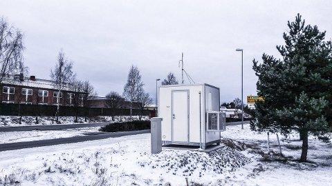 MÅLESTASJON: Den nye målestasjonen ligger ved Vigernes skole i Lillestrøm, langs Riksvei 22. FOTO: ARE BÄCKLUND, NILU