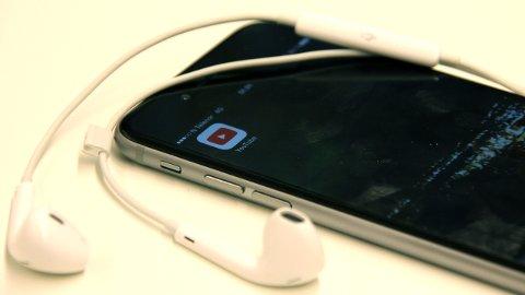HER ER TRIKSET DU HAR VENTET PÅ: Alt du trenger er øretelefoner og nettleseren Safari - så kan du høre på YouTube samtidig som du gjør andre ting på telefonen. FOTO: ESPEN BOLSTAD