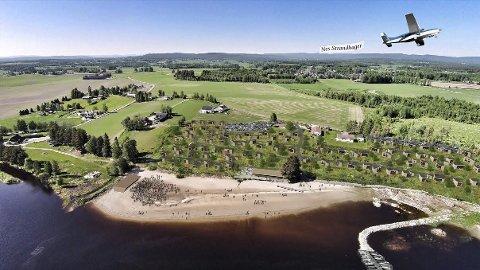 VED GLOMMA: Fugleperspektiv over de planlagte strandhyttene.Illustrasjon: Rak Arkitektur AS