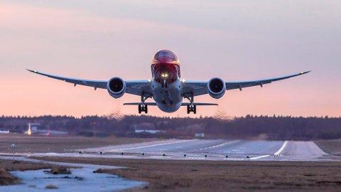 Forskningsleder mener vi må kutte ut alle lange flyreiser og tilbakelegge de samme strekningene med båt, tog eller buss. Illustrasjonsfoto. Foto: Norwegian