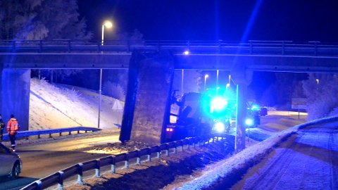 VIL TA TID: Politiet forteller at bergingen av lastebil en vil ta noe tid torsdag kveld. FOTO: MARIO LINNERUD (PRESTTUN MEDIA)