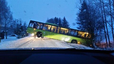 SPERRER: Bilstene som skulle til Gjerdrum eller til Kløfta måtte snu da dette synet møtte dem langs Gjerdrumsveien. FOTO: IWONA ZYWOT