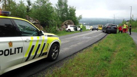 SMELL I BOLIGFELT: To biler har kjørt i hverandre på en mindre vei i et boligfelt på Smestad i Rælingen. FOTO: VIDAR SANDNES