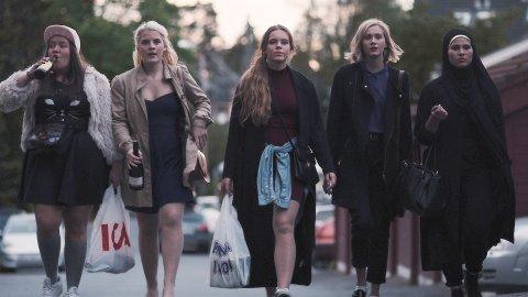 f.v.: Chris (Ina Svenningsdal), Vilde (Ulrikke Falch), Eva (Lisa Teige), Noora (Josefine Frida Pettersen) og Sana (Iman Meskini) har blitt sett på skjermer over hele verden i serien SKAM.