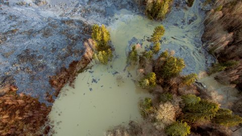 Asak  20161119. Rasområdet i Sørum hvor tre menn fra Litauen omkom. Søket pågår fortsatt etter de tre, men de enorme jord- og leiremassene gjør letingen utfordrende. Foto: Tore Meek / NTB scanpix