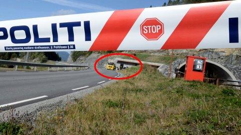 SPERRET: Politiet har sperret av området mens Statens vegvesen gjør undersøkelser. E6 går til høyre for veien der bilen har kollidert. FOTO: REMI PRESTTUN