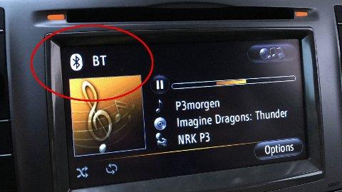 DETTE ER IKKE DAB: Kan du koble mobilen til bilen med Bluetooth eller en minijack-kabel, er det et minst like godt alternativ som å kjøpe en DAB-radio. Her strømmer vi P3 med NRKs utmerkede radioapp. Legg merke til at informasjon om hvilken artist som spilles følger med også her.  FOTO: Lars Wærstad / Side3