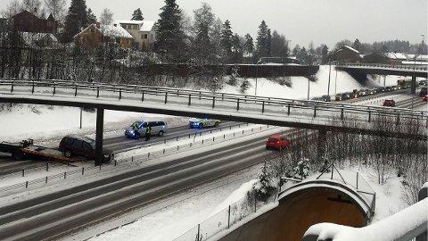 RIKSVEI 159: En bil har kjørt inn i midtdeleren. FOTO: PER MORTEN SØDAL