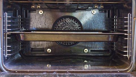 RENGJØRING: Innbrente matrester i stekeovnen er ikke særlig lekkert. Foto: Mari Andersen Rosenberg, ifi.no/ANB