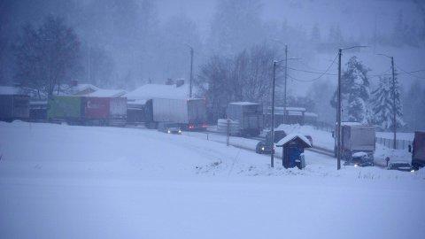 KØ MOT GJELLERÅSEN: Dette bildet er tatt rett før klokka 12 av riksvei 22 mot Gjelleråsen fra Hvam. FOTO: VIDAR SANDNES