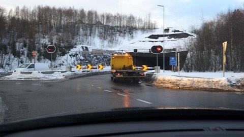 PÅ VEI INN: Her er en av bergingsbilene på vei inn i tunnelen. FOTO: VIDAR SANDNES