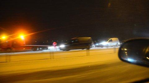RYDDES: Dette bildet er fra en av ulykkene mellom Berger og Jessheim. Bilberger jobber med å få bilene av veien.