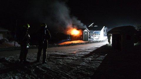 FLAMMER: Her står transformatoren i brann. FOTO: TRETLI TELEMISJON