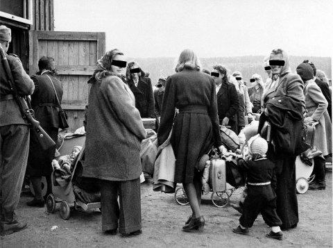 Dette bildet fra 1946 viser norske og tyske kvinner som reiste til Tyskland med barna sine. Kvinner som hadde være kjæreste med og fått barn med tyske soldater under krigen, ble kalt tyskertøser. Foto: NTB scanpix