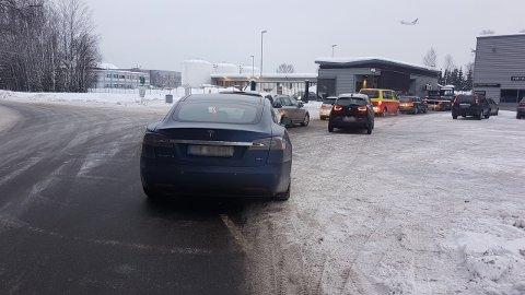 KØ: Flere ansatte klager nå på lange køser for å komme igjennom sikkerhetskontrollen på vei til jobb. (Foto: Privat)