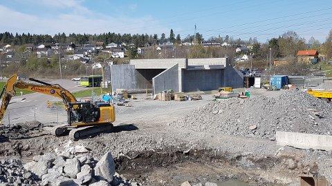 SKAL FLYTTES: Denne undergangen i betong skal i løpet av helga flyttes på plass under jernbanelinja like ved Lørenskog stasjon. Foto: Lørenskog kommune