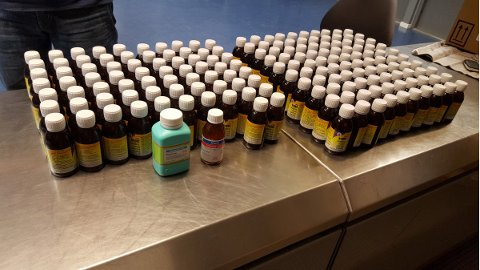 Tollere på Oslo lufthavn fant 172 flasker som inneholdt dopingmiddel, da de gjennomlyste bagasjen til en 64-åring som kom fra Hong Kong 21. april.  Foto: Tolletaten / NTB scanpix