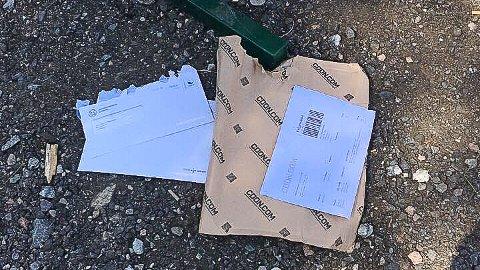 REVET OPP: Pakken, og brevene, som skulle til Stine Westby ble funnet åpnet på Aulifeltet.