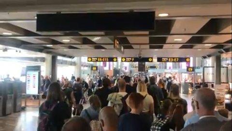 LANGE KØER: For lav bemanning i morgentimene førte til lange køer ved passkontrollen på Oslo Lufthavn.