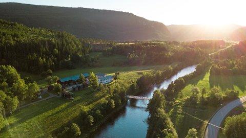 Grøtte gård ligger idyllisk til ved Orklas bredd i Rennebu. Vi bodde i Feskarstuggu, tømmerbygningen nærmest på bildet. Foto: Anders Stensås