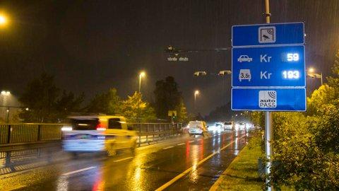 MINDRE KØ: Flere bomstasjoner og høyere kostnader for bilpendlerne vil minske trafikken betydelig, sier ny rapport.