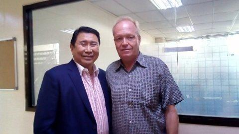 KJENDISHJELP: Ramon «Mon» Tulfo er en av de mest kjente journalistene på Filippinene. Han har siden 2015 hevdet Torgeir Høverstads uskyld gjennom artikler i sin avis Philippine Daily Inquirer. Her er de avbildet en knapp uke etter løslatelsen til Høverstad.