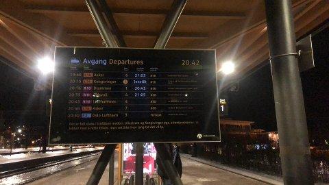 INNSTILT: Det er full stans i togtrafikken mellom Lillestrøm og Kongsvinger pga strømproblemer. Det er ukjent hvor lang tid det tar å rette feilen. FOTO: BEATE KVIEN