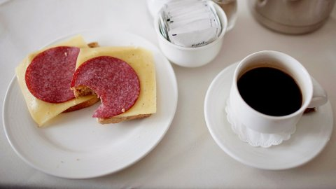 PÅVIRKER NATTESØVNEN: Både mat og kaffe for sent på dagen vil kunne føre til at du sover dårligere. Foto:Stian Lysberg Solum (NTB scanpix)