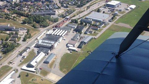 KJELLER: Det  meste av bygningsmassen på Kjeller sett fra lufta. Rullebanen ligger nede til høyre og utover mot Lillestrøm.