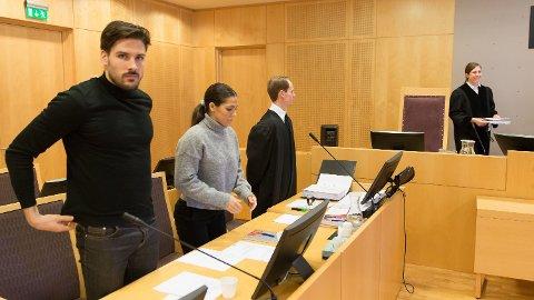 I RETTEN: Jørgine Massa Vasstrand (i midten) i retten sammen med ektemann Morten Sundli (til venstre) og prosessfullmektig Stian Schie. Foto: Paul Weaver, Nettavisen