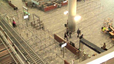 INNE: Urineringen fant sted inne på terminalen på Gardermoen. FOTO: WEBKAMERA