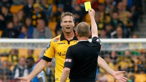 FOR STRENGE? Lillestrøms Frode Kippe får gult kort av dommer Trygve Kjensli. Nå går det en debatt i norsk fotball om dommerne burde tillate mer. Foto: Vidar Ruud (NTB scanpix)