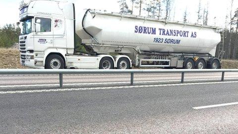 STOPPET I SVERIGE: En av bilene til Sørum Transport ble stoppet for ulovlig kabotasje i Sverige.