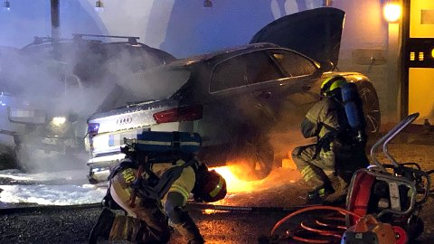 SLOKKET: Her jobber brannvesenet med å slokke brannen i de to parkerte bilene. FOTO: CHRISTER SPABERG