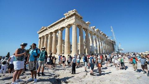 ADVARES: Myndighetene i Hellas har nå kommet med foretak for å beskytte mot vestnilviruset. Her sees turister foran Akropolis i Athen. Foto: Andreas Solaro (AFP)