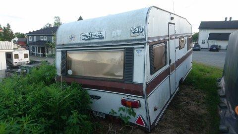 HENSATT: Ifølge naboene ble campingvogna hensatt i Tunlandvegen for minst 5-6 år siden. Siden har den bare stått der.