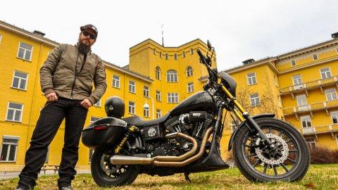 ANNERLEDES INNSAMLING: Håkon Smeby håper å kunne samle inn en god slump penger til Sykehusklovnene og Kreftforeningen ved å kjøre motorsykkel fra Gjerdrum til Nordkapp.