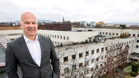 PÅ FLYTTEFOT: Kringkastingssjef Thor Gjermund på taket av Kringkastingshuset på Marienlyst, som skal selges. Ingen vet hvor de 2.000 NRK-ansatte skal flytte. Foto: Gorm Kallestad (NTB scanpix)