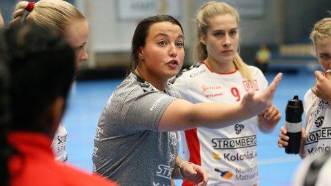 Klare beskjeder: Ane Mállberg tror nok noen av Rælingen-spillerne er blitt overrasket over hvor streng hun kan være som hovedtrener. Onsdag møter de poengløse romerikingene Storhamar i Marikollhallen.