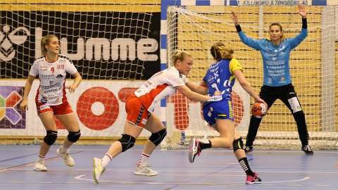 BARE NESTEN: Kaptein Karoline Strømberg og Caroline Martins (i mål) leverte begge en meget god kamp mot Storhamar, men det holdt ikke helt inn.