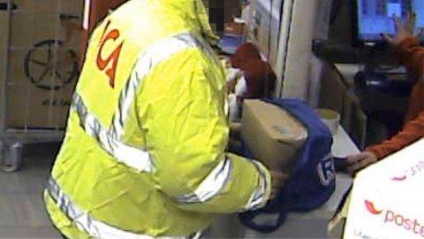 HER SENDES BOMBEN: Dette overvåkningsbildet, viser 43-åringen da han sender bomben til politiet. De ansatte ved dagligvarebutikken er intetanende om det livsfarlige innholdet i pakken.